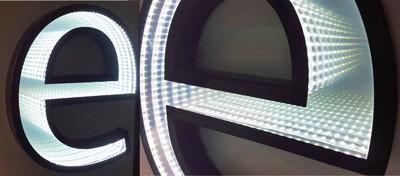 Le lettere Endless danno un senso di sprofondamento spaziale molto gradevole, all'interno del catalogo di insegne luminose.