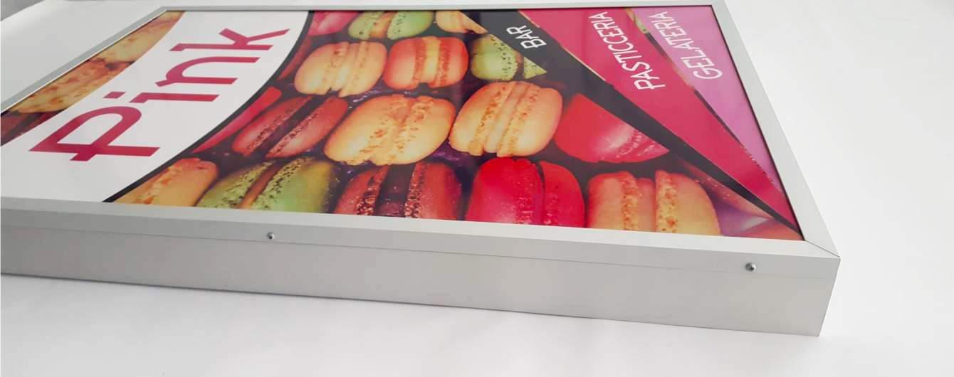 La produzione di insegne luminose Flat è perfetta per valorizzare poster e immagini stampate